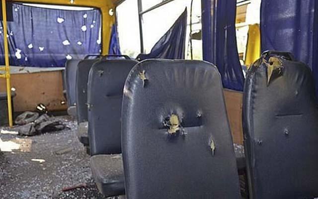 Ukraine: Xe bus trúng pháo kích, 25 người thương vong - 1