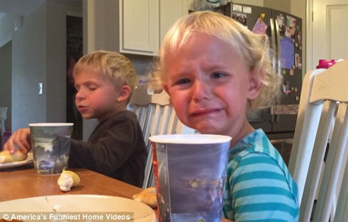 """""""Cụ non"""" 5 tuổi khuyên em gái thắng giải clip hài nhất Mỹ - 1"""
