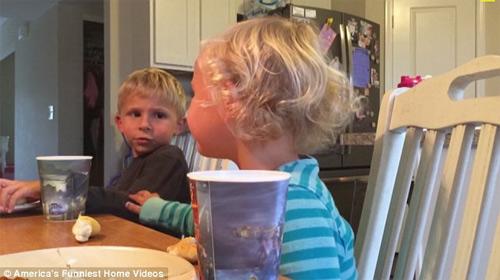 """""""Cụ non"""" 5 tuổi khuyên em gái thắng giải clip hài nhất Mỹ - 4"""