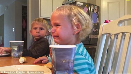 """""""Cụ non"""" 5 tuổi khuyên em gái thắng giải clip hài nhất Mỹ - 2"""