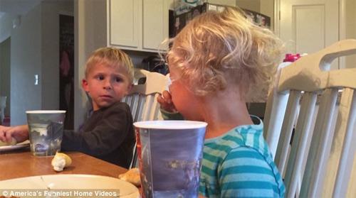 """""""Cụ non"""" 5 tuổi khuyên em gái thắng giải clip hài nhất Mỹ - 3"""