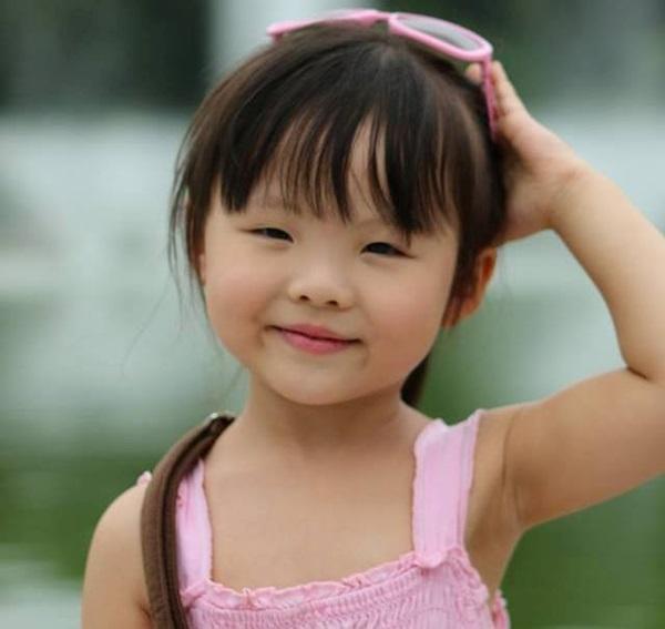 """Cô bé 4 tuổi làm """"phiên dịch viên"""" Việt – Hàn cho bố mẹ"""