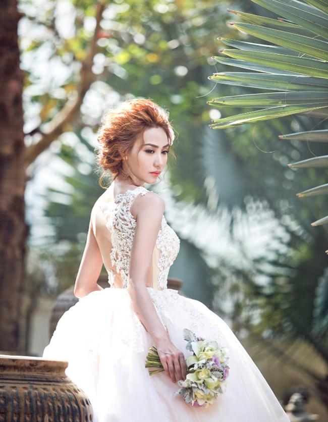 Cô đã cùng với vị hôn phu đến Đà Nẵng để chụp ảnh cưới.