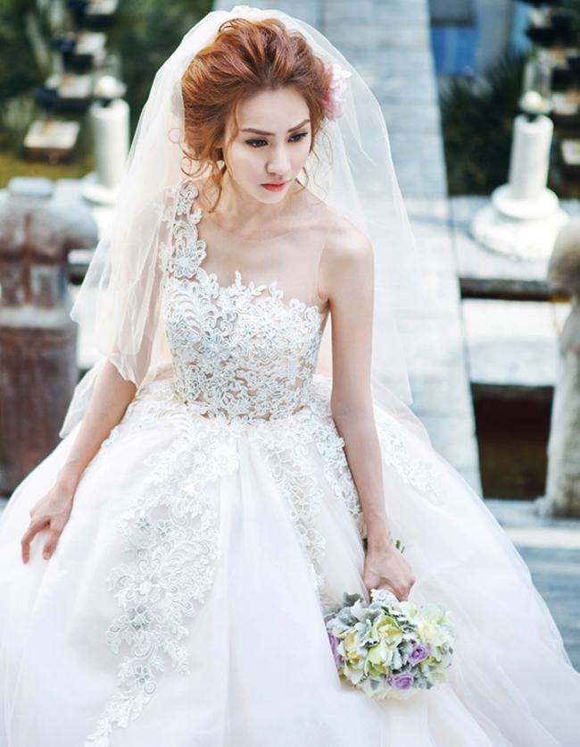 Trước khi quyết định kết hôn và tạm ngưng hoạt động làng giải trí, Ngân Khánh đã có không ít lần diện váy cưới trong những bộ ảnh thời trang.