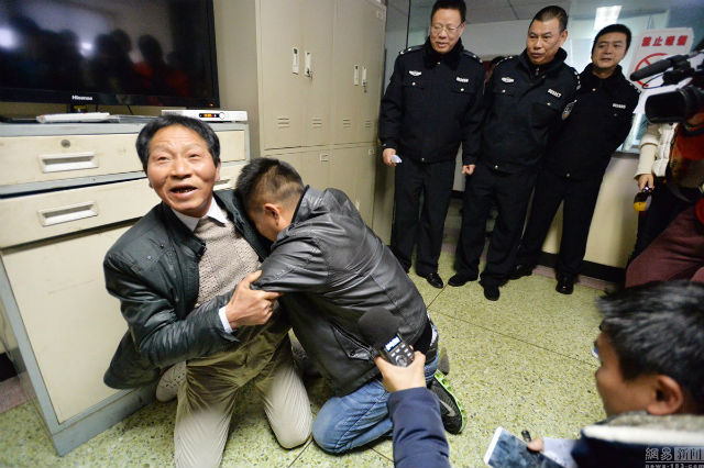 Chàng trai gặp lại cha sau 24 năm bị bắt cóc