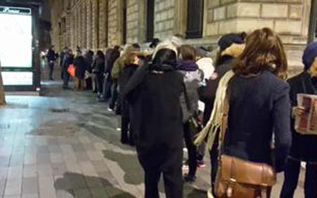 Người Pháp xếp hàng từ mờ sáng mua số mới của Charlie Hebdo - 5