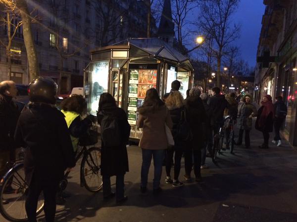 Người Pháp xếp hàng từ mờ sáng mua số mới của Charlie Hebdo - 2