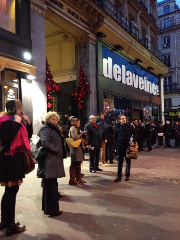 Người Pháp xếp hàng từ mờ sáng mua số mới của Charlie Hebdo - 3