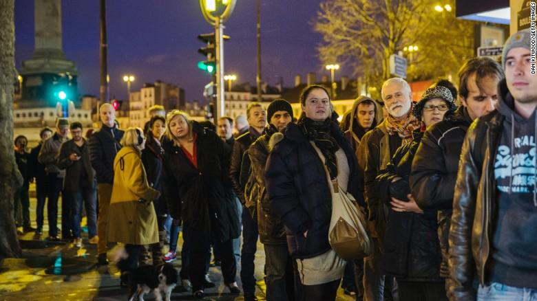 Người Pháp xếp hàng từ mờ sáng mua số mới của Charlie Hebdo - 6