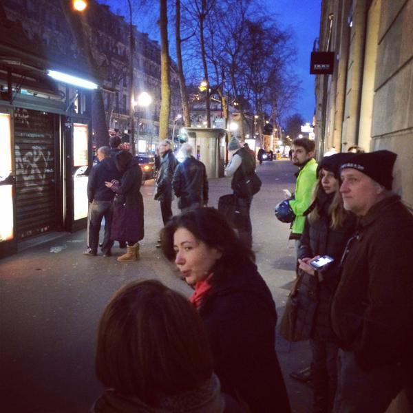 Người Pháp xếp hàng từ mờ sáng mua số mới của Charlie Hebdo - 7