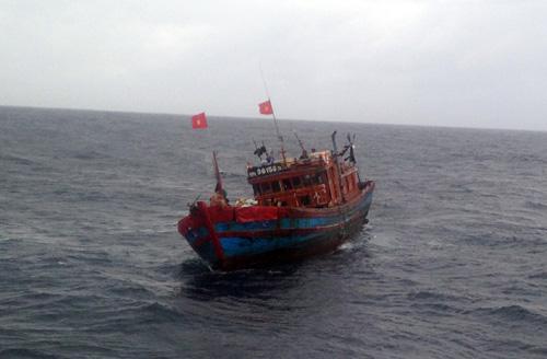 Cứu nạn tàu cá cùng 13 ngư dân giữa sóng to gió lớn - 1