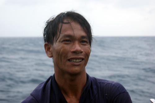 Cứu nạn tàu cá cùng 13 ngư dân giữa sóng to gió lớn - 2