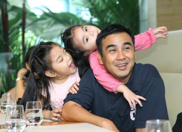 Khoảnh khắc đẹp của các ông bố nổi tiếng bên con gái - 8
