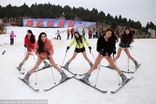 """Thiếu nữ TQ hưởng ứng """"Ngày không quần"""" trượt tuyết - 4"""