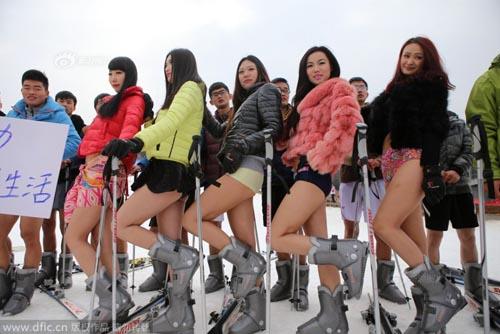 """Thiếu nữ TQ hưởng ứng """"Ngày không quần"""" trượt tuyết - 1"""