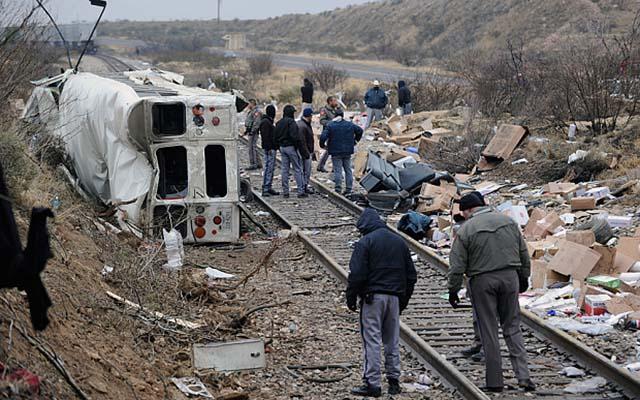 Mỹ: Xe buýt chở tù nhân đâm tàu hỏa, ít nhất 10 người chết - 1