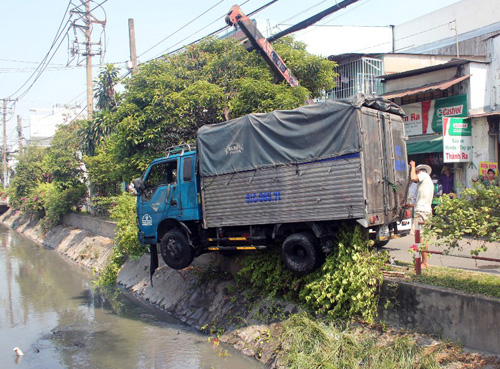 """TPHCM: Xe tải lao mình xuống kênh, """"tắm"""" nước đen - 2"""