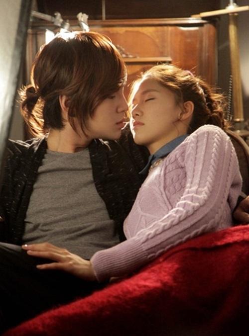 Những nụ hôn bất ngờ của thần tượng Kpop - 1