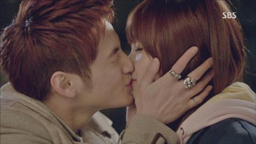 Những nụ hôn bất ngờ của thần tượng Kpop - 8