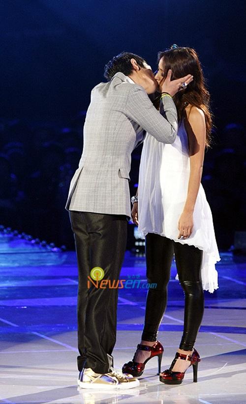 Những nụ hôn bất ngờ của thần tượng Kpop - 4