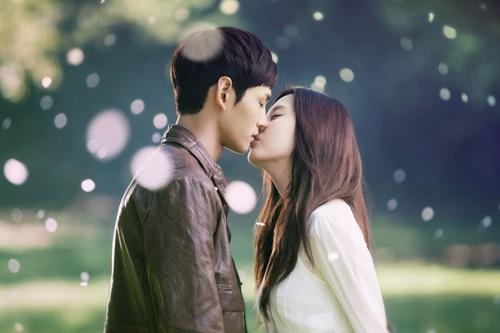 Những nụ hôn bất ngờ của thần tượng Kpop - 12