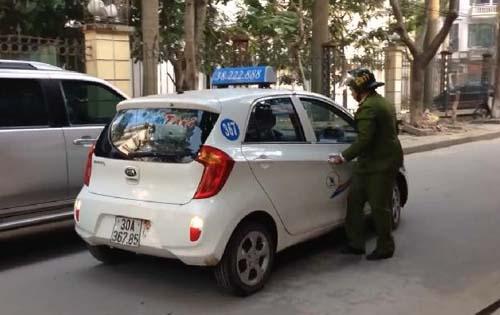 """Đình chỉ công tác lái xe taxi """"phớt lờ"""" cảnh sát - 1"""