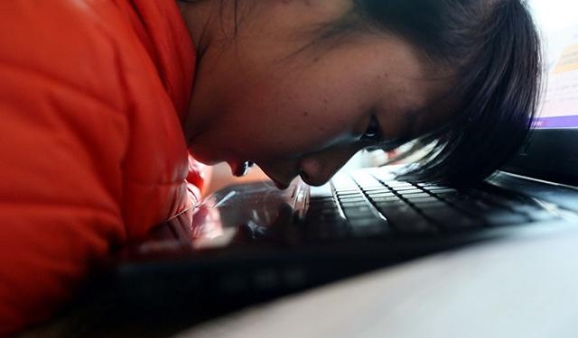 Cô gái tàn tật đánh máy bằng mũi, kinh doanh táo trên mạng - 1