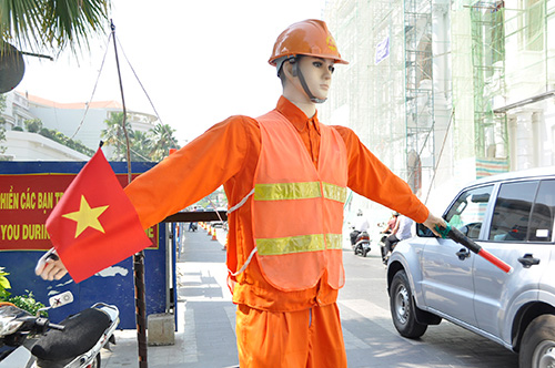Xem robot điều khiển giao thông giữa Sài Gòn - 1