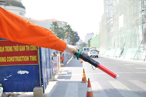 Xem robot điều khiển giao thông giữa Sài Gòn - 6