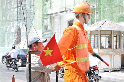 Xem robot điều khiển giao thông giữa Sài Gòn - 7