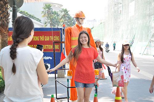 Xem robot điều khiển giao thông giữa Sài Gòn - 9
