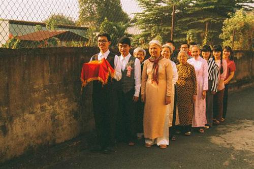 Nhóm bạn trẻ tái hiện đám cưới xúc động của năm 80 - 3