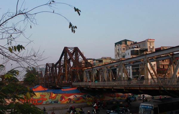 Cận cảnh sự xuống cấp nghiêm trọng của cầu Long Biên - 1