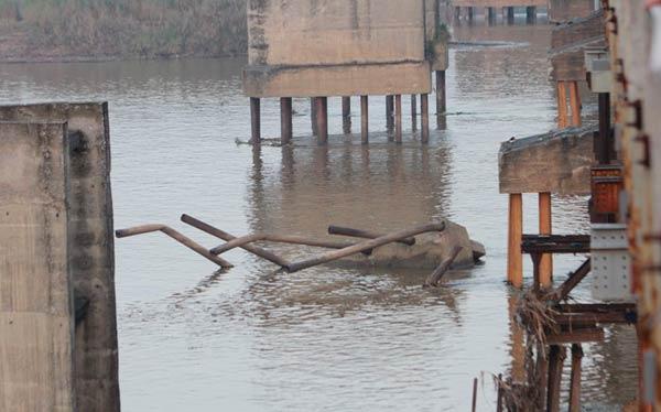 Cận cảnh sự xuống cấp nghiêm trọng của cầu Long Biên - 5