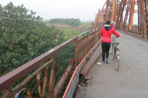 Cận cảnh sự xuống cấp nghiêm trọng của cầu Long Biên - 15