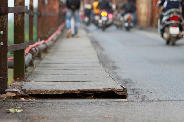 Cận cảnh sự xuống cấp nghiêm trọng của cầu Long Biên - 16