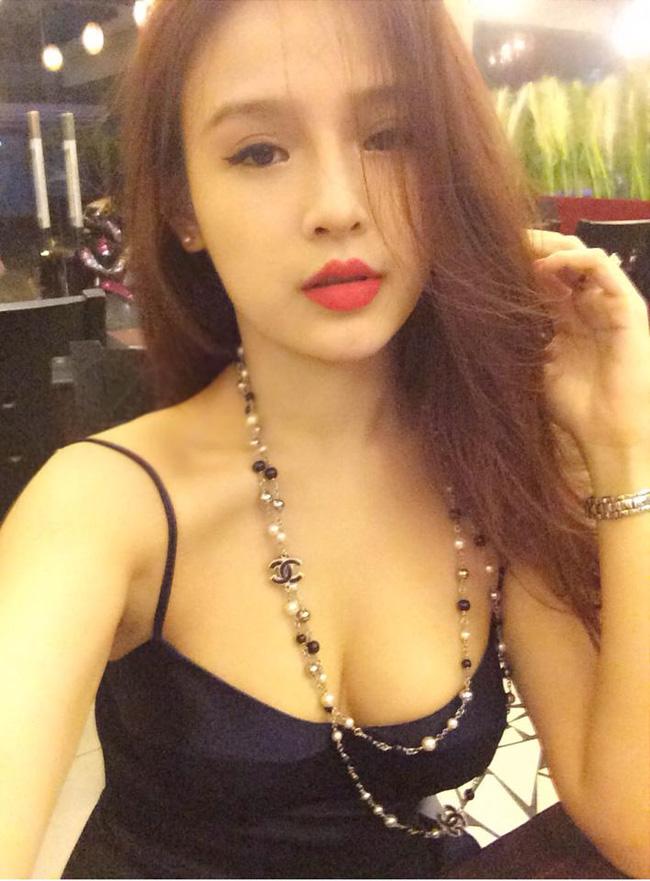Hot girl Huyền baby tên thật là Đặng Ngọc Huyền nổi tiếng một thời nhờ khuôn mặt bầu bĩnh và vẻ đẹp trẻ con. Vào năm 2013, cô nàng bí mật lên xe hoa với đại gia