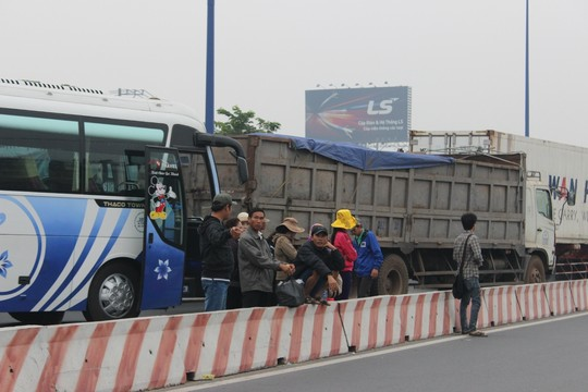 TP.HCM: Kẹt xe kinh hoàng trên xa lộ Hà Nội - 1