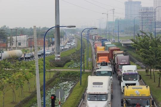TP.HCM: Kẹt xe kinh hoàng trên xa lộ Hà Nội - 10