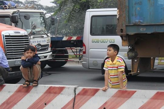TP.HCM: Kẹt xe kinh hoàng trên xa lộ Hà Nội - 3