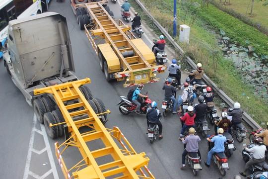TP.HCM: Kẹt xe kinh hoàng trên xa lộ Hà Nội - 4