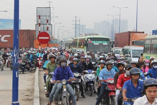 TP.HCM: Kẹt xe kinh hoàng trên xa lộ Hà Nội - 5