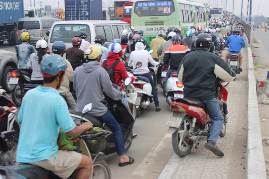TP.HCM: Kẹt xe kinh hoàng trên xa lộ Hà Nội - 6