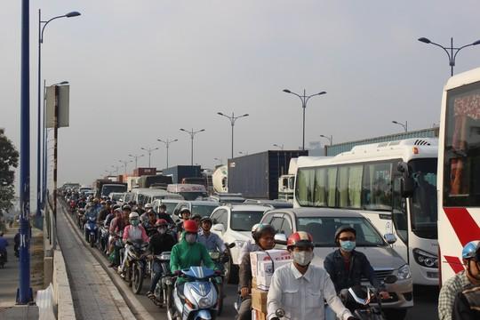 TP.HCM: Kẹt xe kinh hoàng trên xa lộ Hà Nội - 7