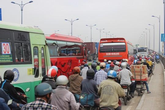 TP.HCM: Kẹt xe kinh hoàng trên xa lộ Hà Nội - 8