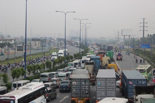 TP.HCM: Kẹt xe kinh hoàng trên xa lộ Hà Nội - 9