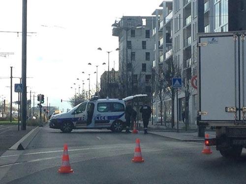 Tay súng điên bắt cóc con tin ở bưu điện gần Paris - 4