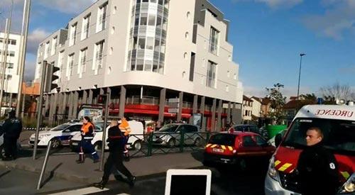 Tay súng điên bắt cóc con tin ở bưu điện gần Paris - 5