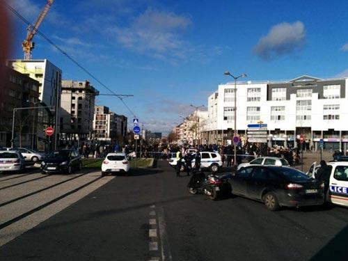 Tay súng điên bắt cóc con tin ở bưu điện gần Paris - 3