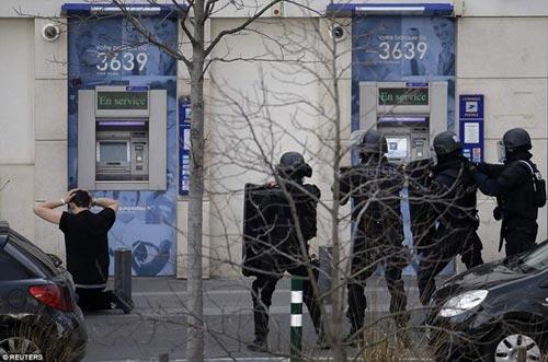Tay súng điên bắt cóc con tin ở bưu điện gần Paris - 1